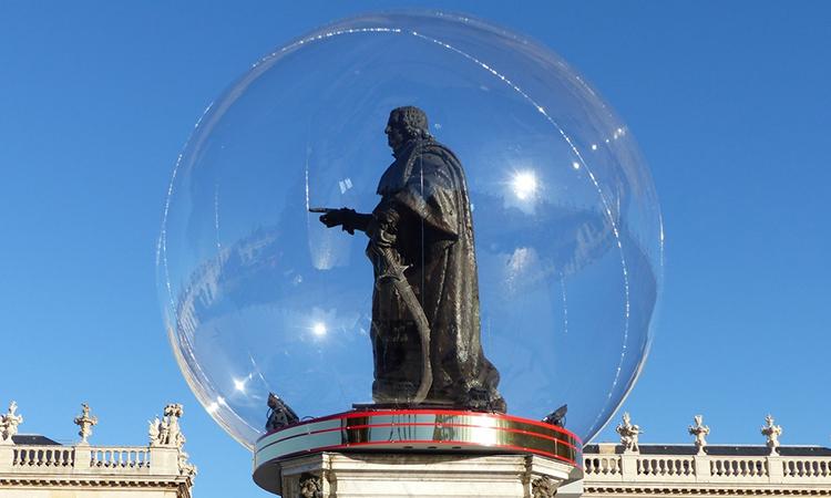 statue dans une bulle, bulle insolite