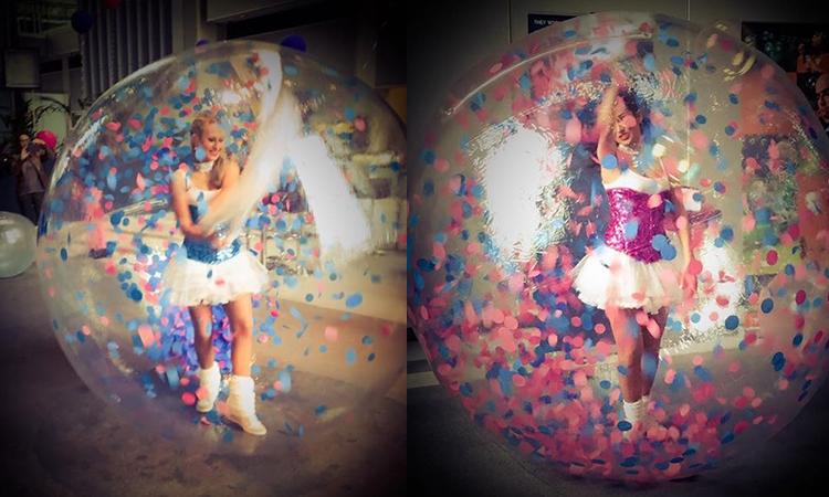 artiste en bulle de déambulation, sphère transparente
