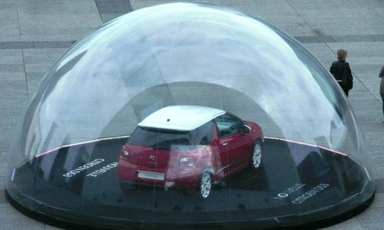 voiture dans une bulle transparente originale