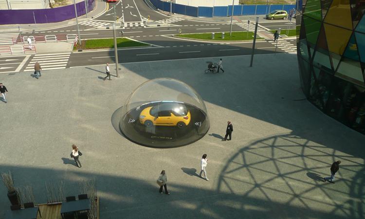 voiture dans une bulle gonflable